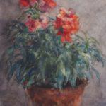 Aquarel van Herman Bogman, voorstellende rode leeuwebekjes in een bruine aardewerken pot. De groene bladeren van de plant vallen wat sprieterig naar voren.