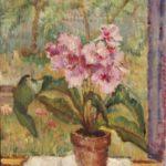 Olieverf van Ina Hooft, voorstellende een stilleven van een streptocarpus in een bloempot, staande op een vensterbank in een open raam. Met op de achtergrond een tuin.