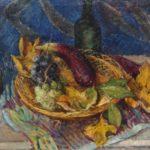 Olieverf van Ina Hooft, voorstellende een stillven met een rieten mand met druiven en een aubergine en een fles wijn op een tafel met een gekleurd kleedje.