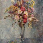 Olieverf van Ina Hooft, voorstellende een boeket met gekleurde bloemen in een hoge glazen vaas, op een grijze achtergrond en ondergrond.