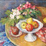 Olieverf van Ina Hooft, voorstellende een stilleven met een tafel waarop een fruitschaal, planten een roodwitte geblokte theedoek.