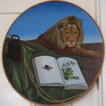 Olieverf van Frans de Haas, voorstellende een rond paneel met daarop een liggende leeuw met op de voorgrondeen groen kleed met een gewicht, en een boek. Op de linkerpagina van het boek zit een vlieg.