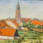 Olieverf van Bernard Schregel, voorstellende een zomers dorpsgezicht met huizen met rode dakpannen en een kerktoren en tuintjes.