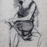 Houtskooltekening van Henk van Leeuwen, voorstellende Mies, zittend op een bank, iets zoekend in haar tasje.